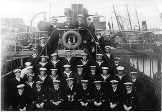 The crew of H.M.Y. Rosabelle during World War One. | Nottage Maritime Institute 04007
