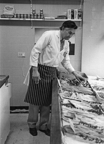 Peter Green working in his fishmonger's shop in Eld Lane in 1986  | Ivan Beales