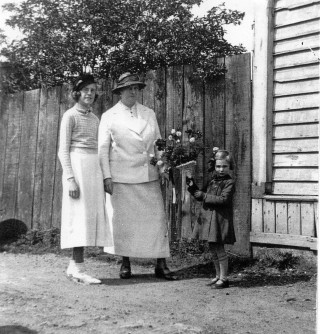 02855 Miss Barbara Husk presents Mrs Kingwell with a bouquet.