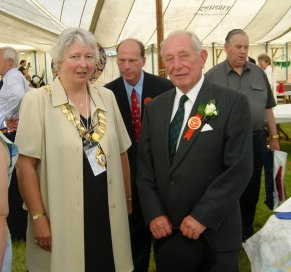 Town Mayor Cllr Gilli Primrose meeting Show President Peter Rix and Chairman Robert Hutley in the background. | Photo by Peter Hill