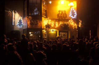 Crowds outside the Nottage and The Rose and Crown pub on The Quay for Carols on the Quay - Dec 2015 | Photo: Frances Belsham