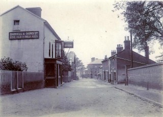 The Greyhound in the High St around 1906 | Photo Wivenhoe Memories Collection