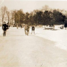 Winter sports on Chamberlain's Pond 1947 | Wivenhoe Memories Collection