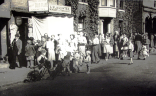 The queue outside the shop when sugar rationing ended after WW2 in 1953 and sweets were back in stock.   Picture from the Wivenhoe Memories Collection