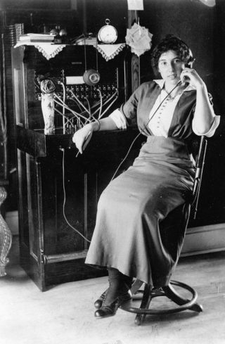 A telephone operator of the period | Photo from Vintage Photos