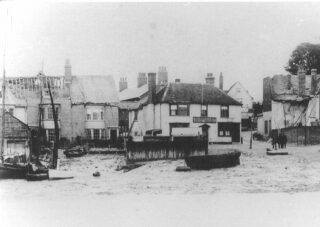 The Anchor Inn surrounded by earthquake-damaged buildings in 1884 | Photo: Wivenhoe Memories Collection
