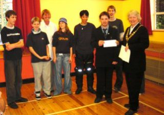 Town Mayor, Cllr Gilli Primrose, presented a cheque to the Duke of Edinburgh Group who met in the Scout & Guide Hall | Peter Hill