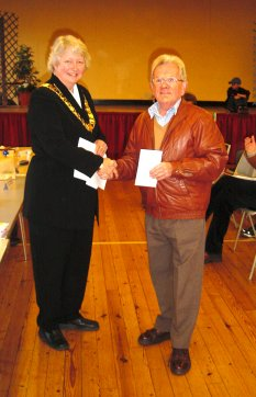 Town Mayor, Cllr Gilli Primrose, presented Peter Howlett of the Wivenhoe Monday Club with a cheque | Peter Hill